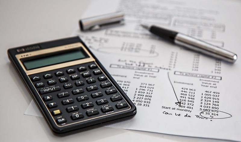 Calculadora e papel com cálculos