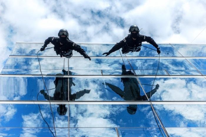Policiais pulando de um prédio