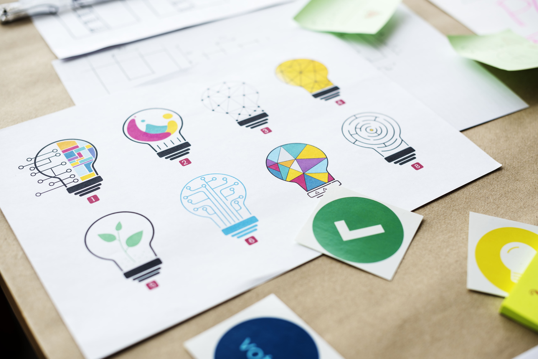 Imagens e gráficos sobre uma mesa para gestão de projetos